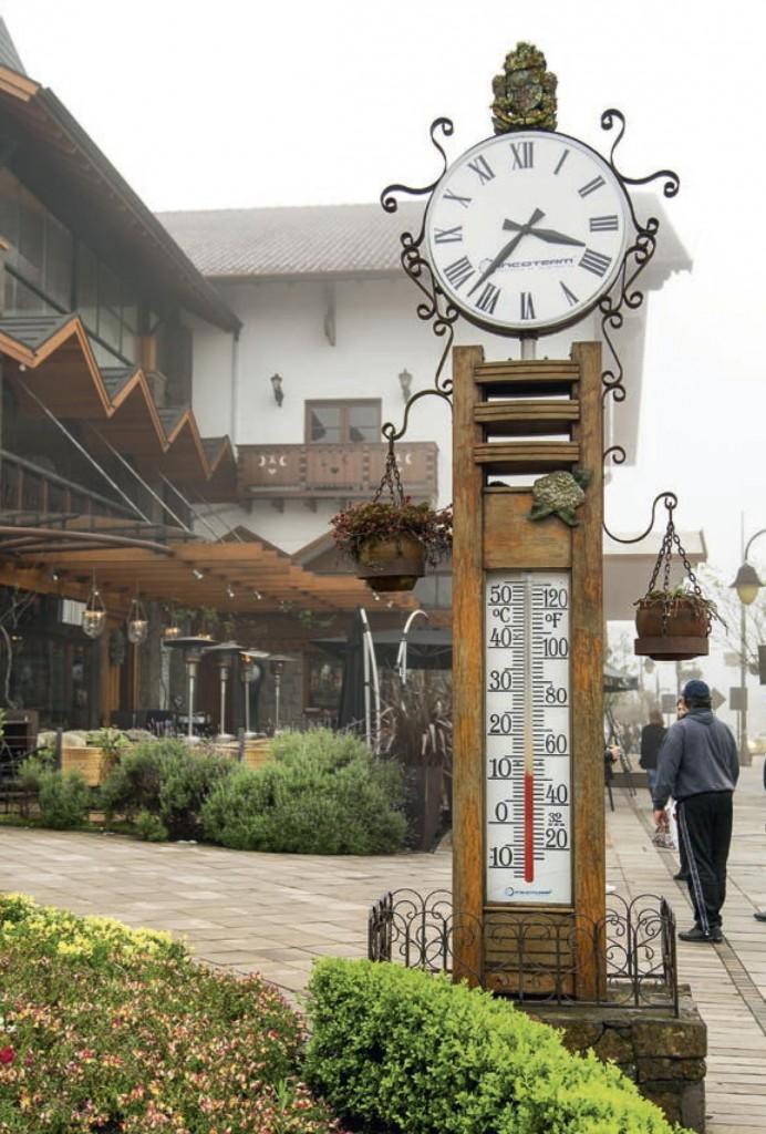 Os relógios com termômetro são marca registrada da cidade de Gramado.