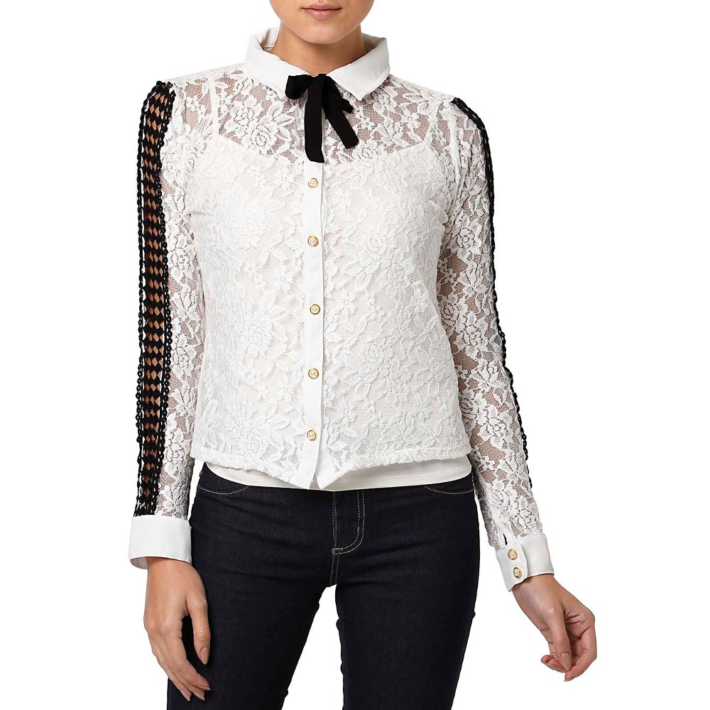 Camisa em renda branca, com detalhes em preto