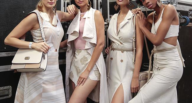 Na foto, clicada em ambiente interno, temos quatro modelos usando looks em linho