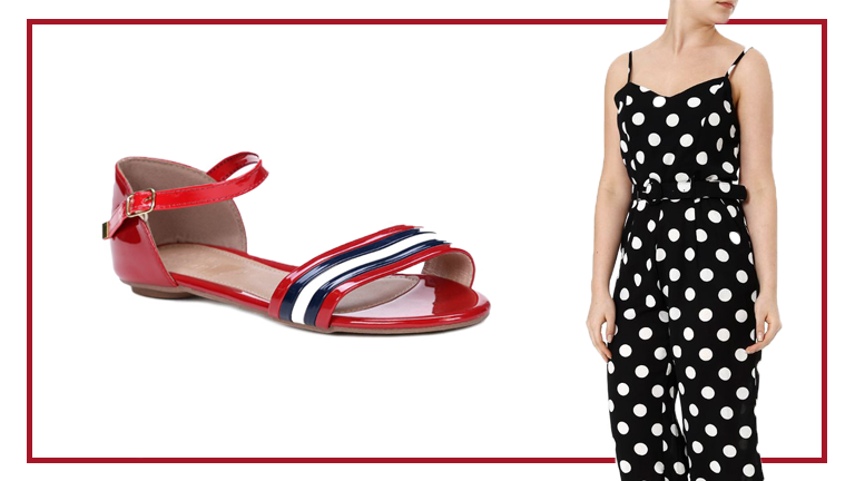 Na foto temos uma rasteirinha vermelha com detalhes em azul escuro, branco e amarração no tornozelo. Ao lado, uma modelo no detalhe veste macacão preto com poás brancos