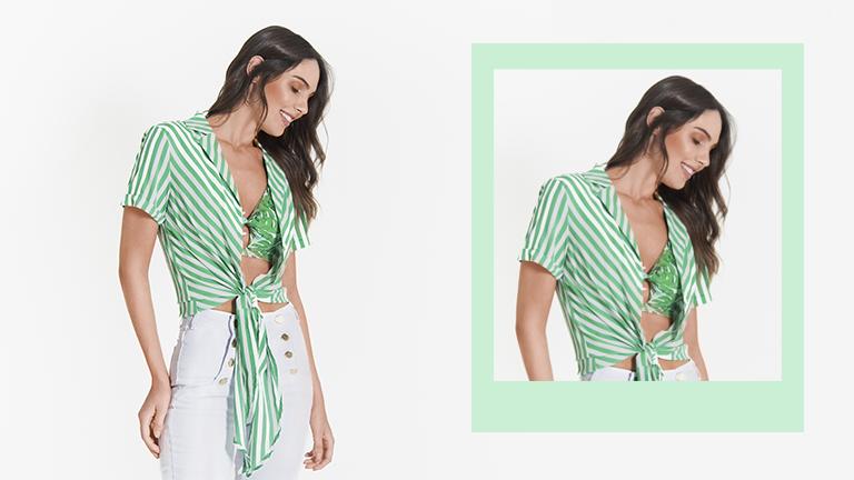 Na foto, clicada em estúdio, temos uma modelo usando top de biquíni e camisa listrada
