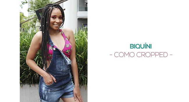 o post é uma montagem com uma foto de uma modelo usando jardineira jeans e biquíni rosa estampado