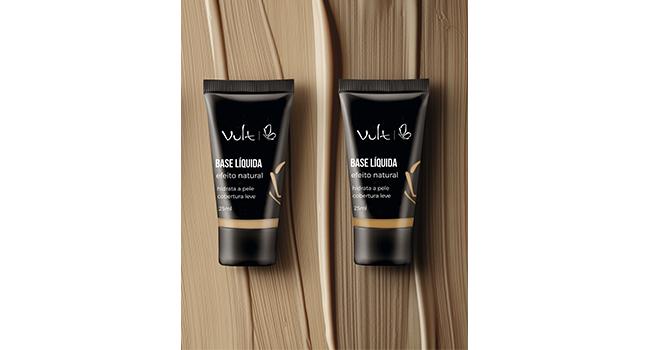 Em fundo que lembra textura de base, temos duas embalagens das bases líquidas da Vult com efeito natural.