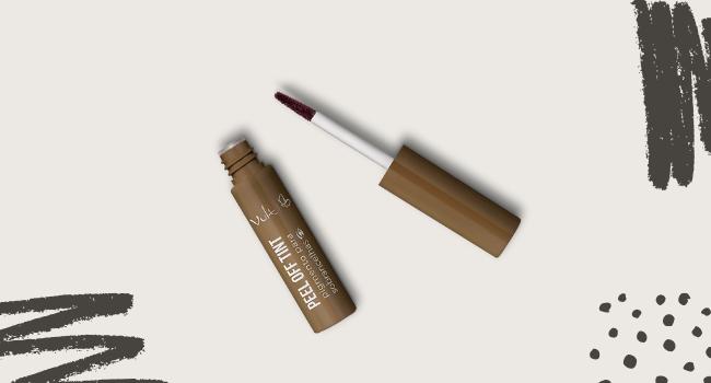O post é uma montagem. Em fundo bege, temos uma embalagem aberta do produto Peel Off Tint da Vult.
