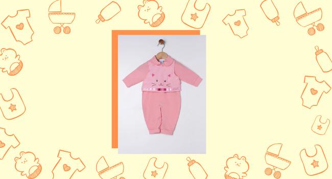 O post é uma montagem. Em fundo amarelo claro temos ícones de maternidade e, ao centro da imagem, temos a foto de um macacão infantil rosa com pernas e mangas longas.